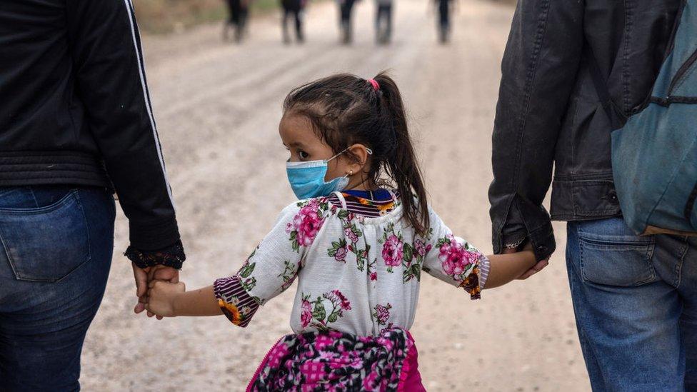 طفلة مهاجرة