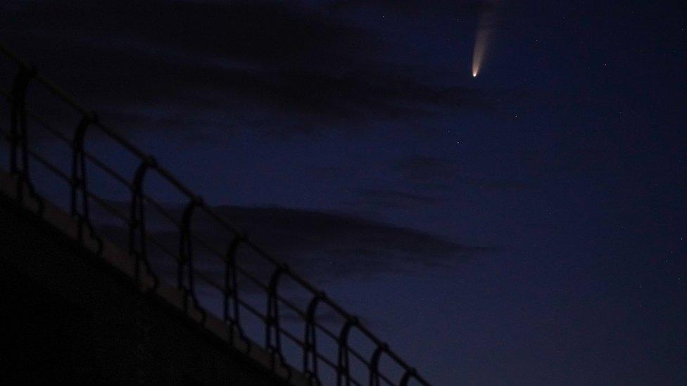 Komet Neowise tampak di atas pelabuhan Saltburn,13 Juli 2020.