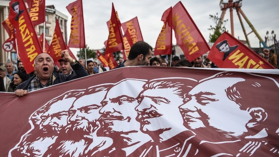 Foto de manifestantes en Turquía con imágenes de Max, Engels, Lenin, Stalin y Mao Zedong.