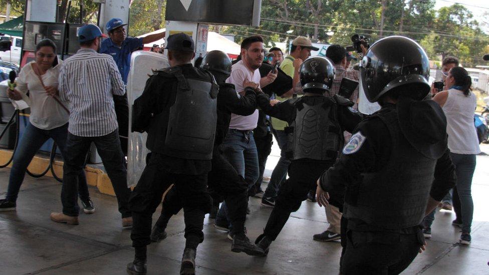 Periodistas ante la policía de Nicaragua
