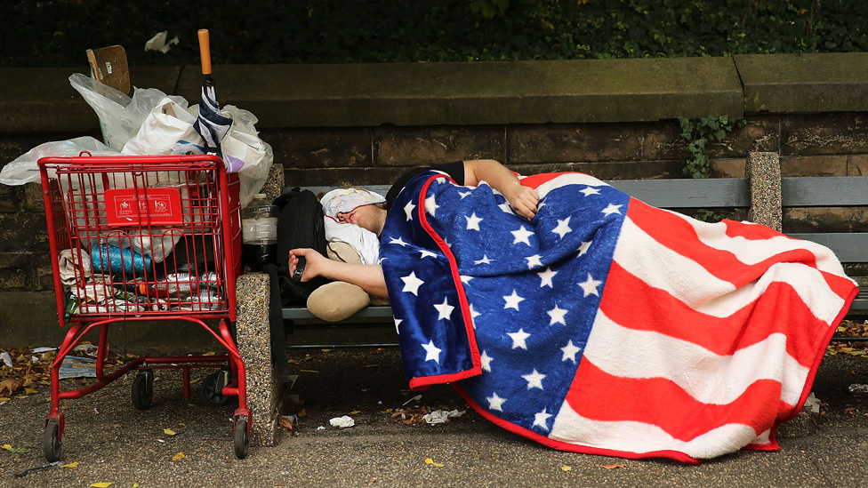 Muškarac spava na klupi u Njujorku