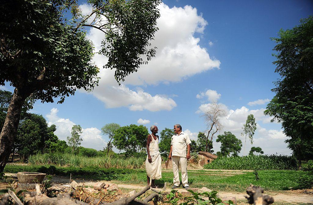 Lal Bihari Mritak (derecha) en 2015, con un granjero declarado muerto por su hermano.