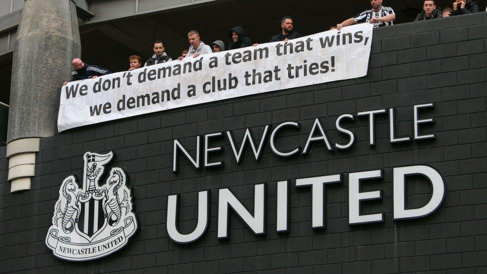 مشجعو نيوكاسل يرفعون لافتة تقول إنهم لا يريدون فريقا يحقق الفوز، بل فريق يحاول