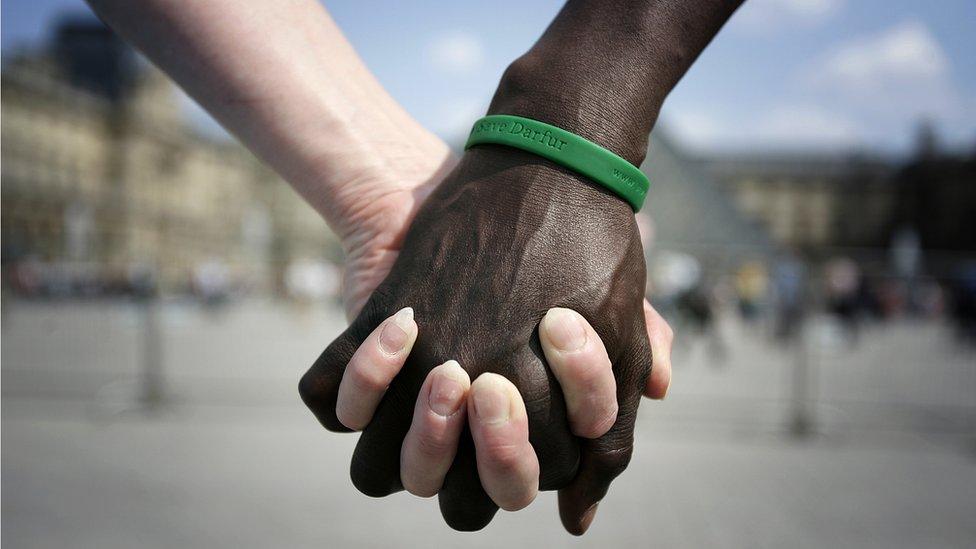 يدان متشابكتان