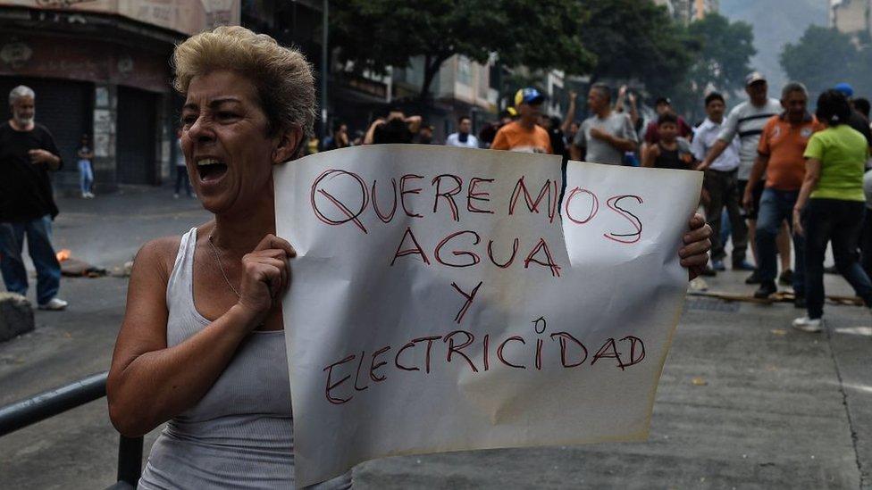 Los problemas en el suministro de luz y agua han sido motivo de numerosas protestas.