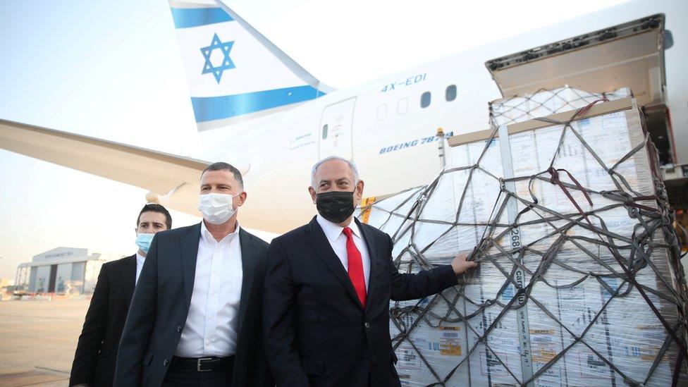 Benjamín Netanyahu recibiendo vacunas contra el coronavirusm