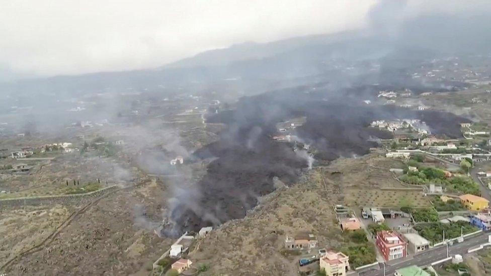 Lava sobre el pueblo en La Palma
