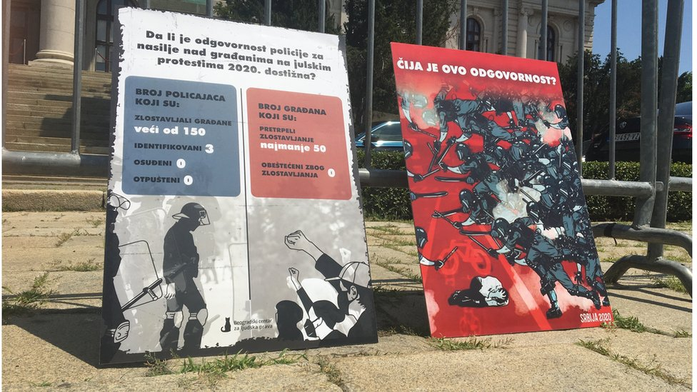 Transparenti koje su aktivisti postavili ispred Narodne Skupštine