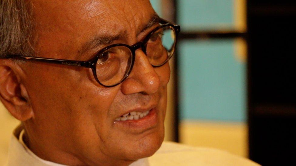 रक्षा मंत्री गुमराह कर रही हैं, कांग्रेस को इस्तीफ़ा मांगना चाहिए: दिग्विजय सिंह