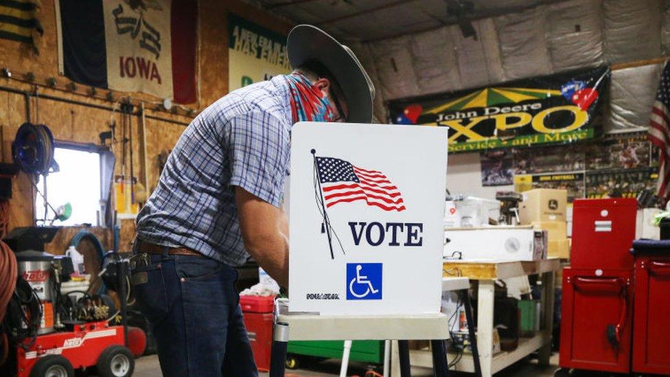 Un ciudadano en Iowa deposita su voto