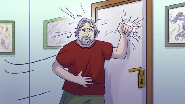 Un hombre golpeando una puerta