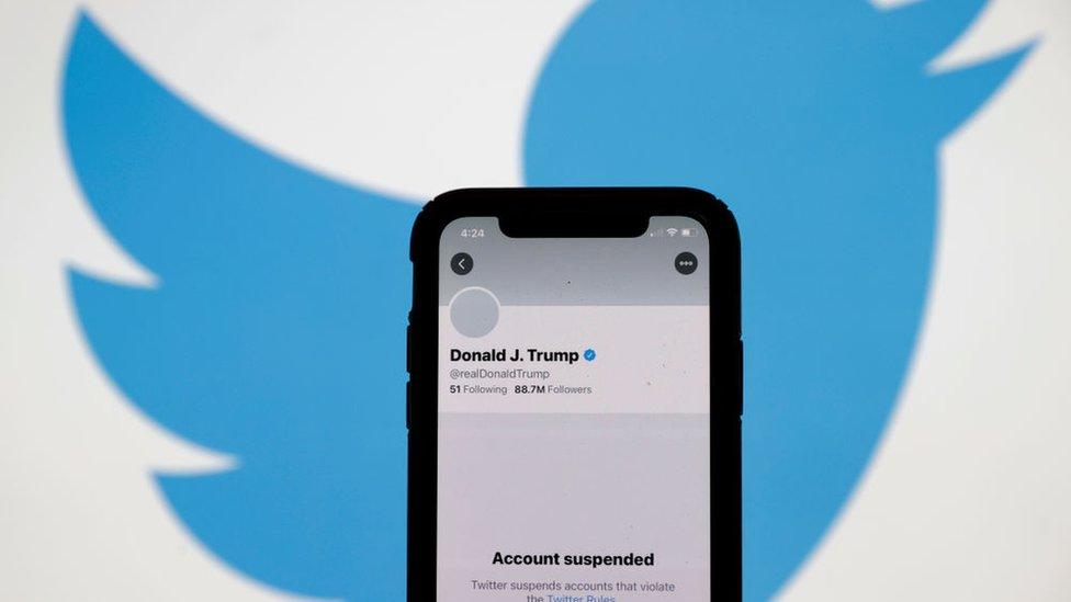 شاشة هاتف جوال يظهر عليها إيقاف حساب ترامب على تويتر