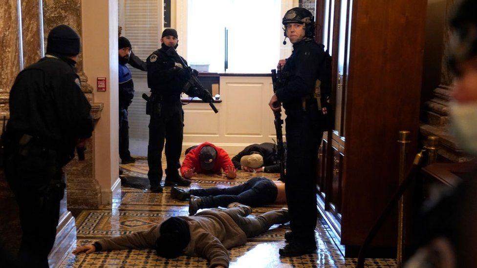 La policía del Capitolio, fuertemente armada, detuvo a algunos manifestantes.