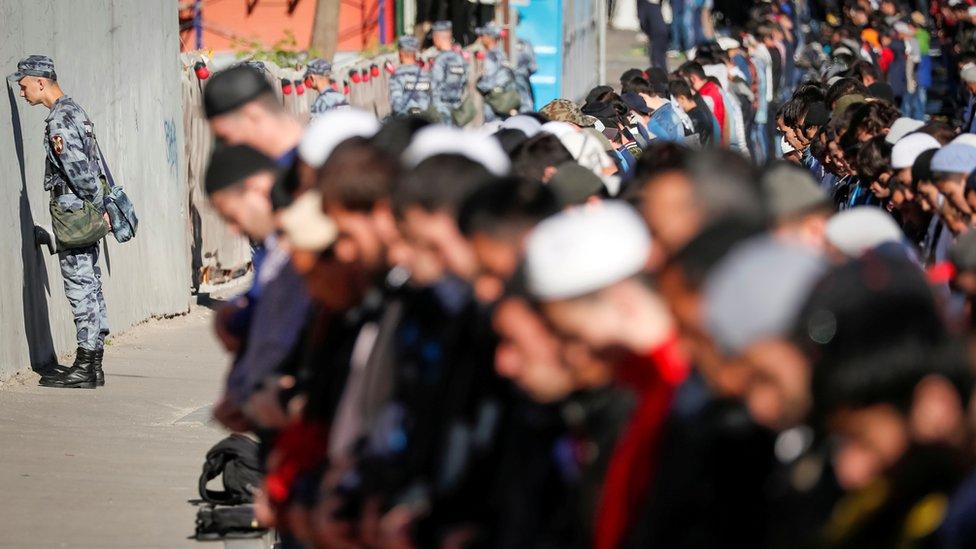 Članovi Ruske nacionalne garde postrojeni tokom jutarnje molitve
