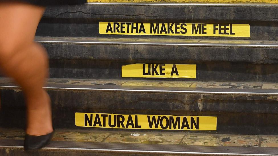 歌迷在紐約地鐵弗蘭克林街那一站的台階上貼上印著她這首標誌性歌曲歌名的貼紙: 艾瑞莎讓我感覺 -- 就像一個 -- 天然的女人