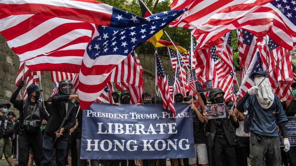 香港示威者舉著「請特朗普總統解放香港」的標語