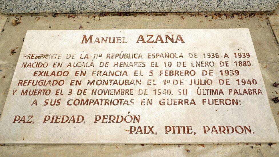 Detalle de una placa en la tumba de Manuel Azaña