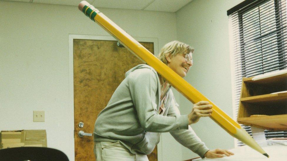 """Mark drži ogromnu olovku tokom kratkog filma """"Povratak u Nedođiju"""""""
