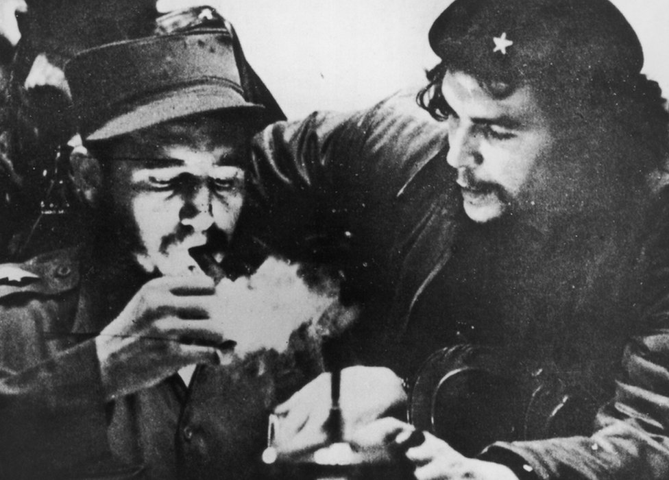 Castro lights a cigar with Che Guevara