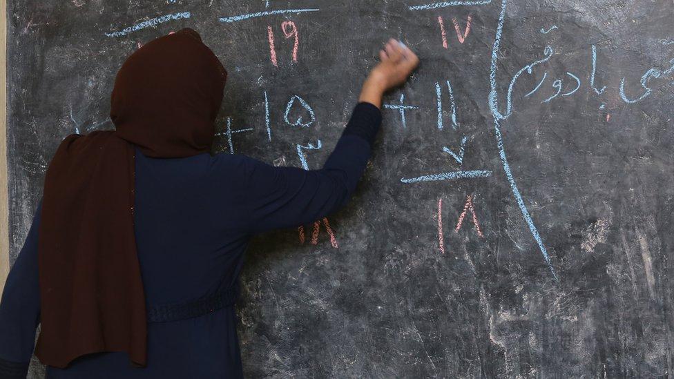 Una profesora en un aula afgana (imagen de archivo).