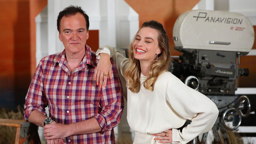 Quentin Tarantino y Margot Robbie trabajaron juntos en Once Upon a Time... In Hollywood, una de las grandes ganadoras en los Globos de Oro.