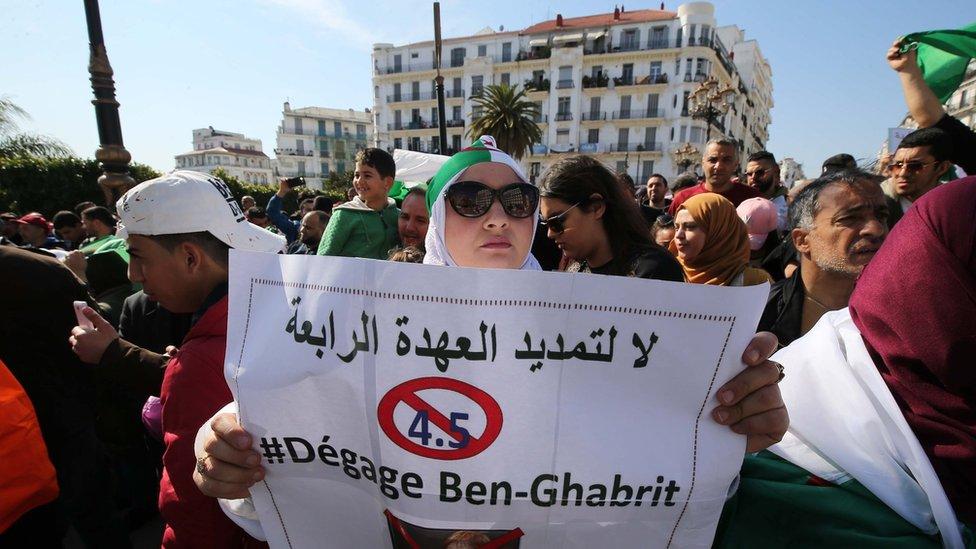 متظاهرون جزائريون يطالبون بتغيير فور في السلطة