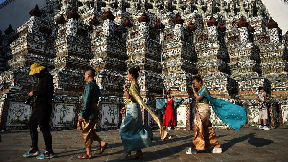 曼谷華麗的鄭王廟是該市的地標之一,但這個時候空無一人,實屬罕見.
