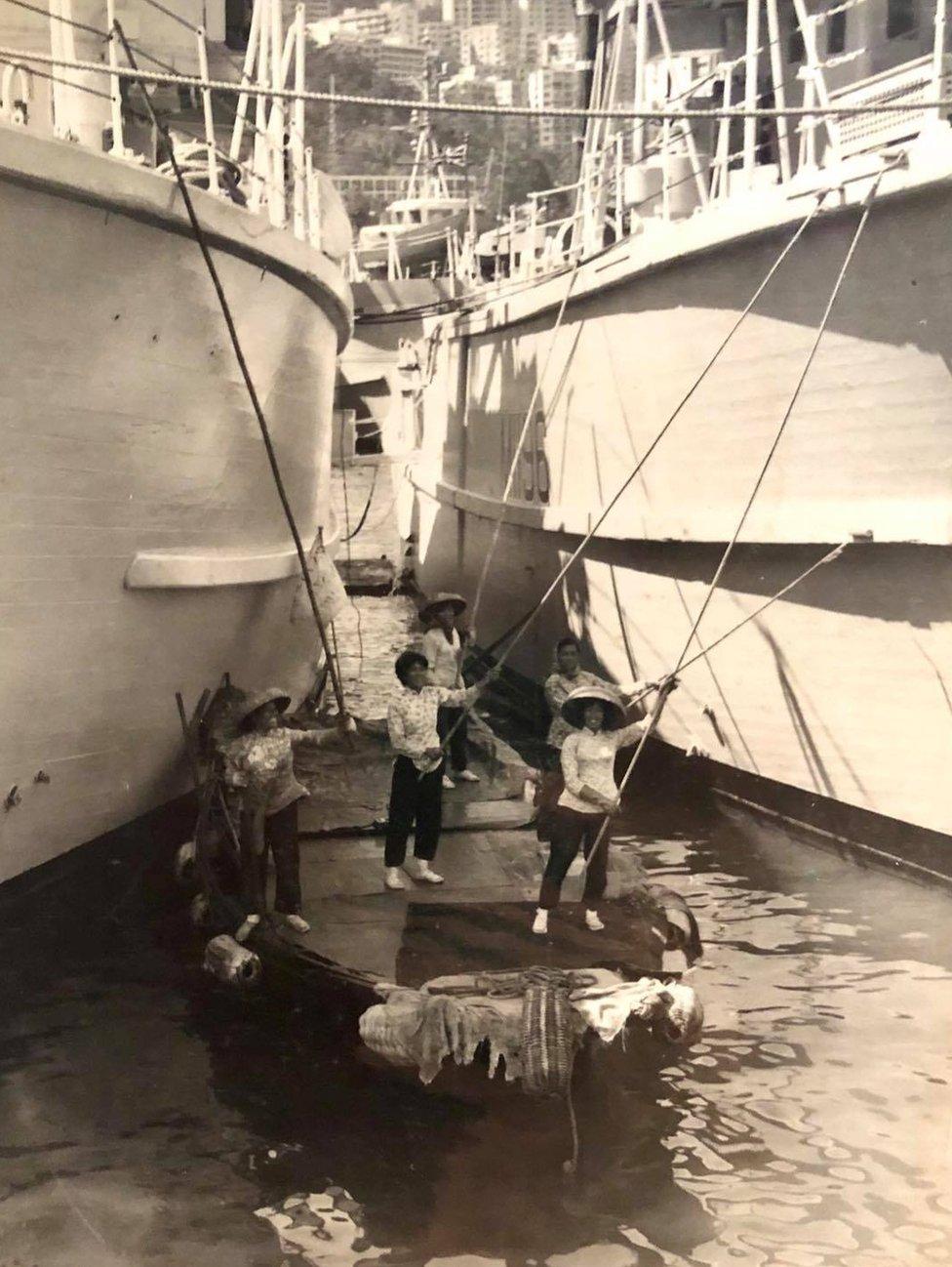 蘇絲女工班成員給停靠香港的兩艘軍艦上油漆(李敏婷提供照片)
