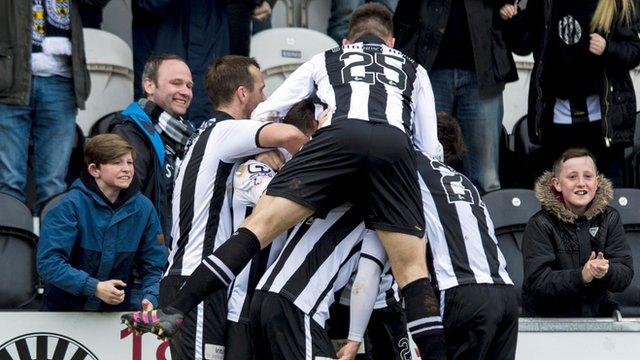 St Mirren players celebrate Lewis Morgan's late equaliser