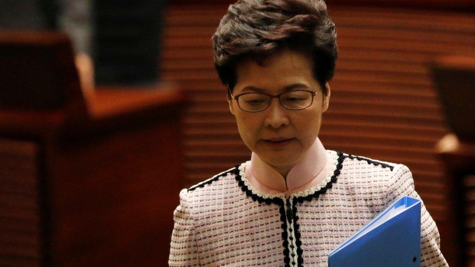 林鄭月娥在民主派議員抗議聲中步出香港立法會會議廳(16/10/2019)