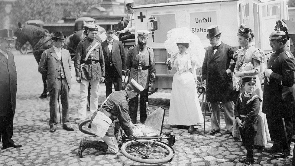 Imagen antigua de primeros auxilios.