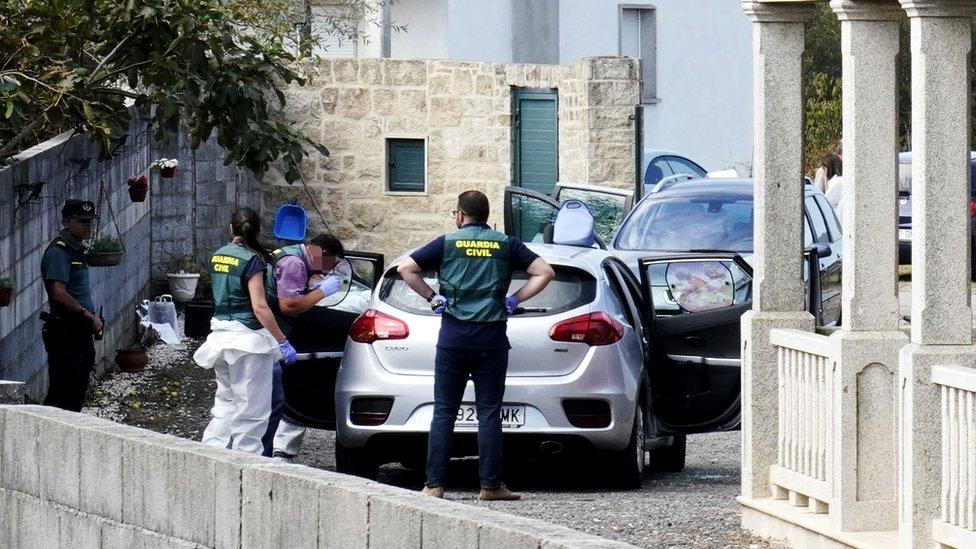 La Guardia Civil recoge evidencia en la escena del crimen en Valga.