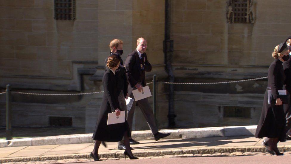 شوهد دوق ودوقة كامبريدج يتحدثان مع دوق ساسكس بعد انتهاء مراسم الجنازة
