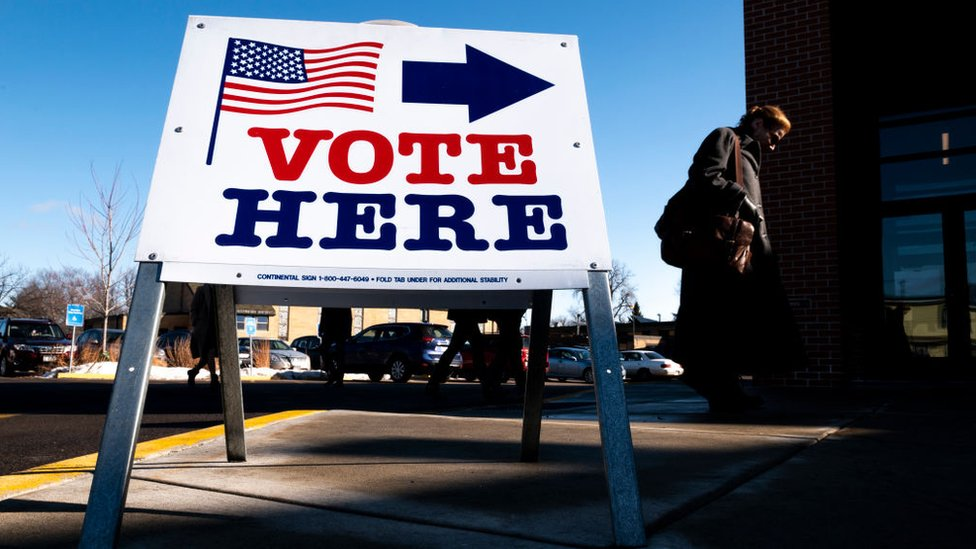 Cartel señalizando hacia un centro de votación.
