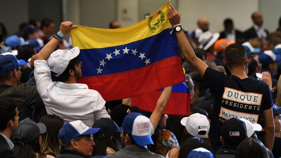 Venezolanos participan en un acto en apoyo a Iván Duque.