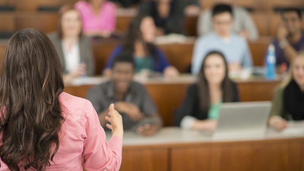 Mujer dando clase