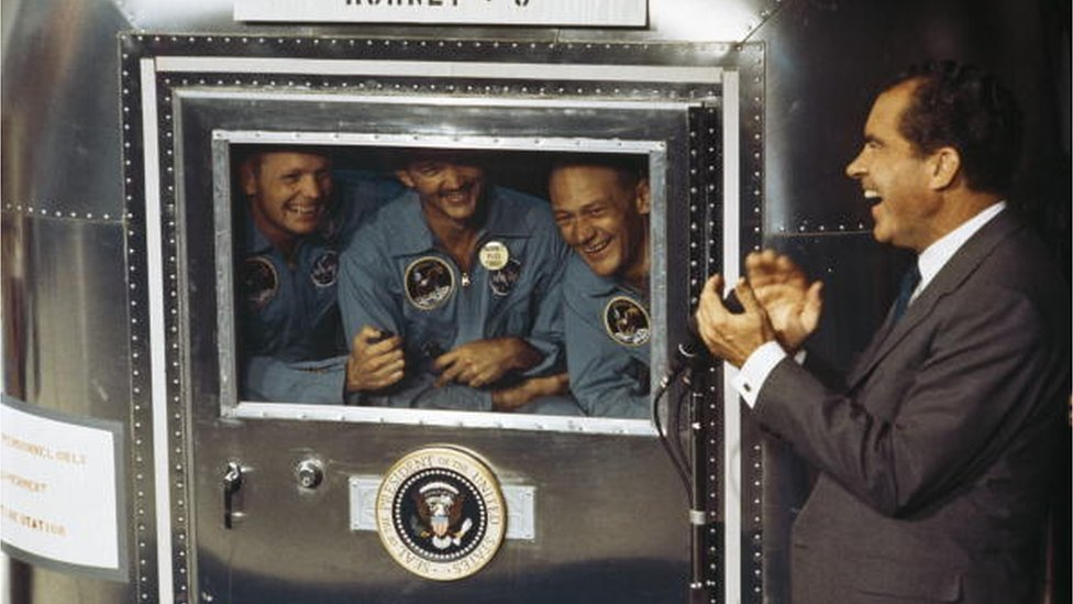 Richard Nixon con la tripulación del Apollo 11.