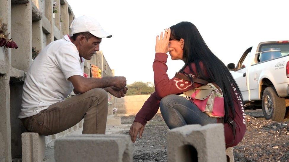 Un hombre y una mujer charlan junto a las tumbas del cementerio de Sonia Bermúdez.