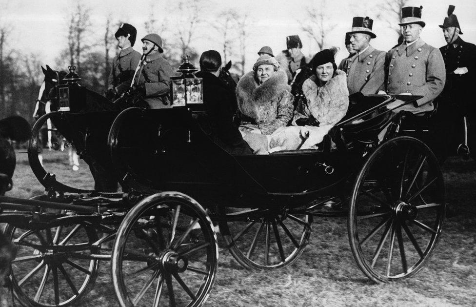 La reina Guillermina, acompañada por la princesa Juliana and y su prometido Bernhard de Lippe el 23 de diciembre de 1936 en La Haya,.