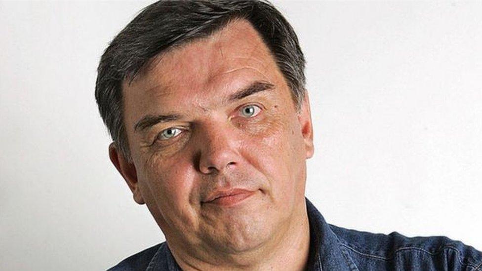 Ivan Safronov stariji bio je ugledni novinar. Poginuo je prilikom pada sa petog sprata