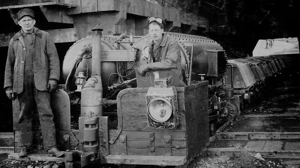 Dos trabajadores en la mina de Anaconda, en Montana.