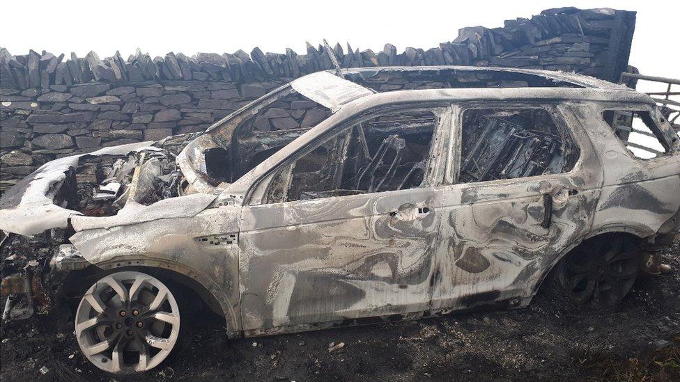El auto Land Rover Discovery incendiado.