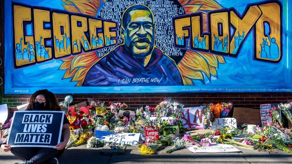 جدارية بالقرب من الموقع الذي قتل فيه فلويد