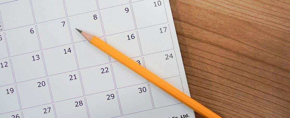 Un lápiz sobre un calendario.