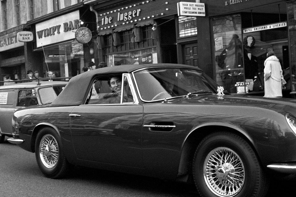 Princ od Velsa u Aston Martinu
