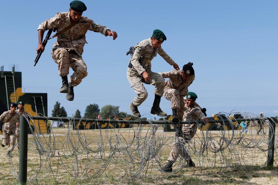 """""""海上登陸""""項目要求陸戰隊員由海向陸突擊,翻越障礙、瀕海求生、兩棲車輛協同作戰,是對陸戰隊員兩棲技能、團隊協作和戰鬥精神的全面檢驗。"""