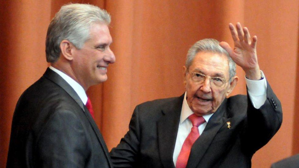 Raúl Castro junto a Miguel Díaz-Canel, actual presidente de la isla.