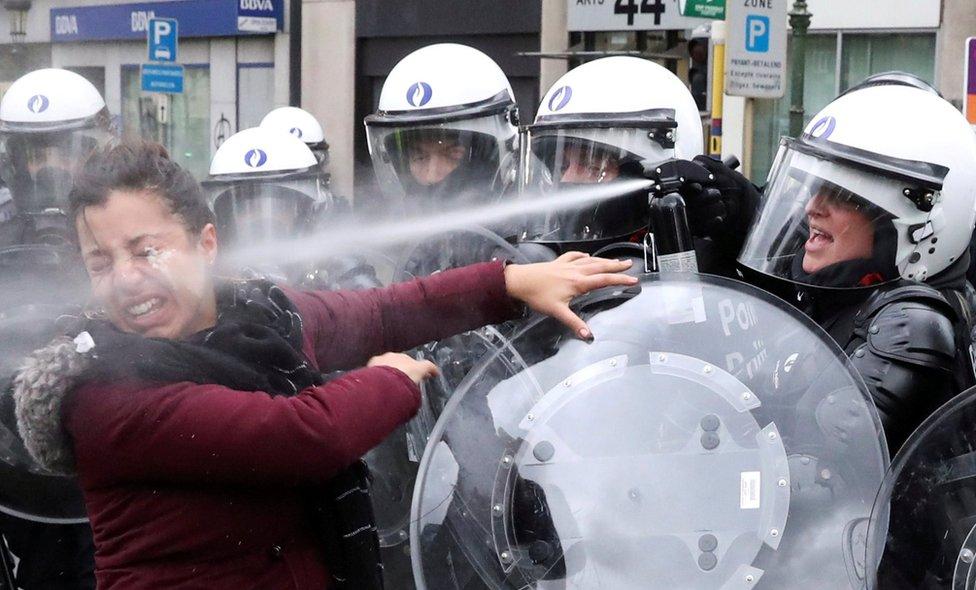 Petrol fiyatlarına gelen zamları protesto etmek için Aralık ayında Brüksel'de sokağa çıkan bir kadın, polis tarafından yüzüne sıkılan göz yaşartıcı spreye maruz kaldı. Reuters fotoğrafçısı Yves Herman o anı şu sözlerle anlattı: