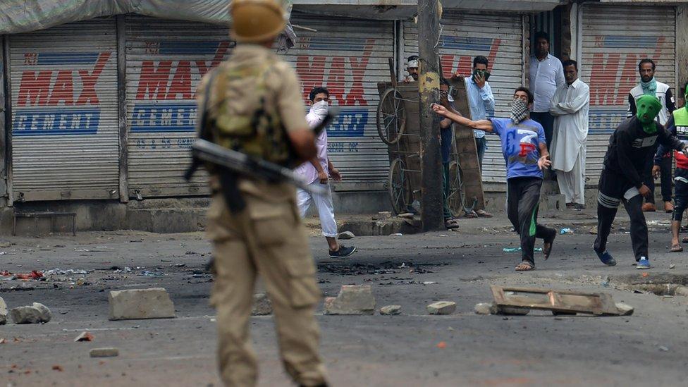 Kashmiri protestors clash with Indian police in Srinagar on July 10, 2016.