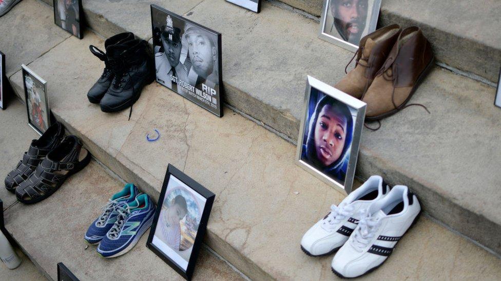 Fotos de víctimas junto a sus zapatos